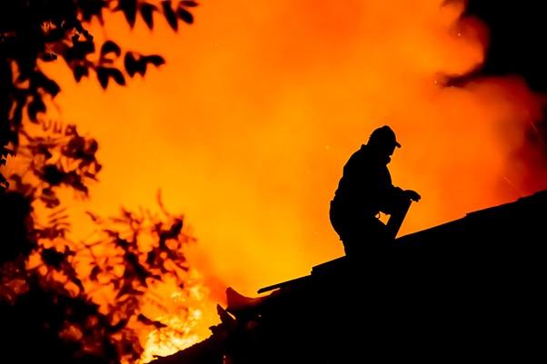 smoke-alarm-firefighter